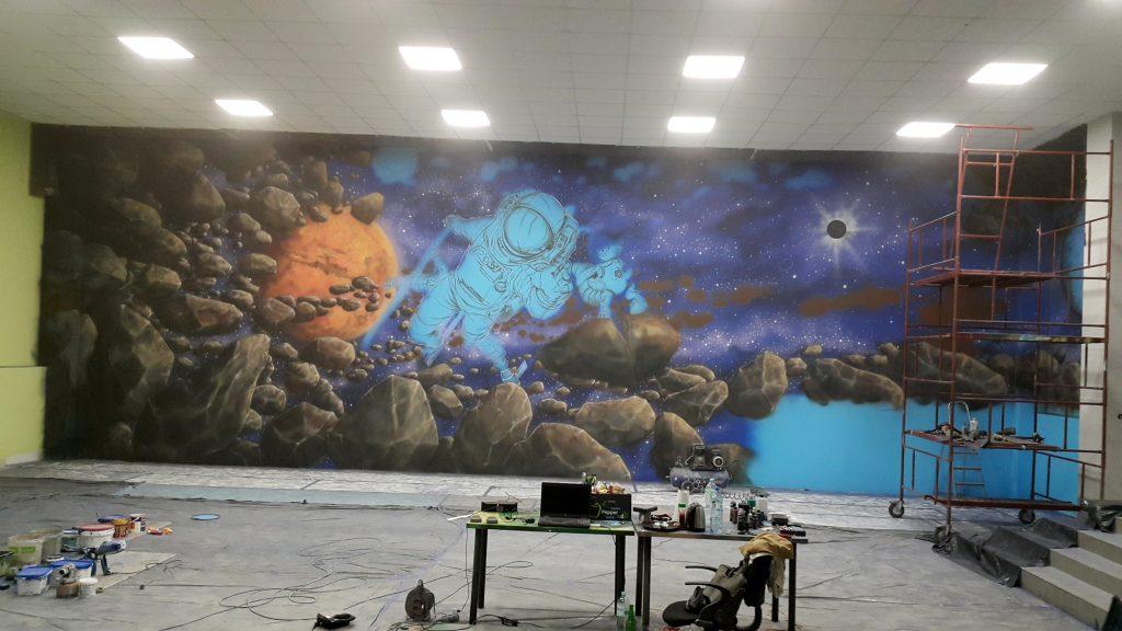 Malowanie bawialni, kosmiczny mural