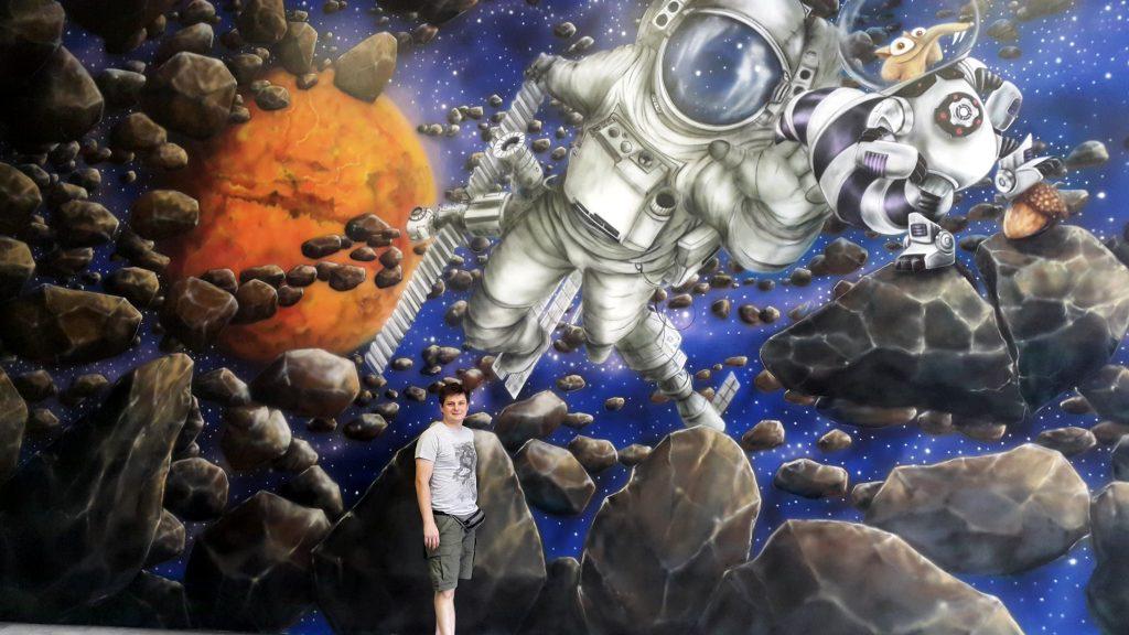 Malowanie astronauty na ścianie w bawialni
