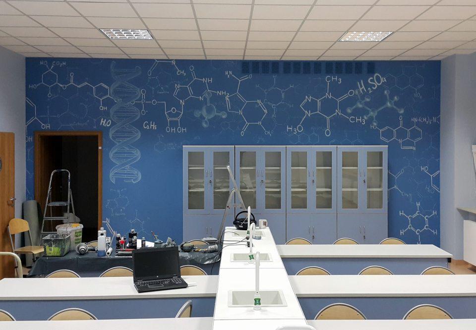 Graffiti w klasie chemicznej, malowanie w sali chemicznej