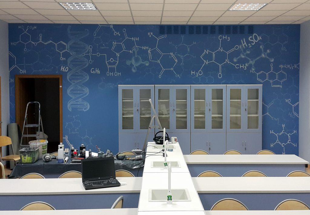 Malowanie ścian w pracowni chemicznej, graffiti w klasie chemicznej