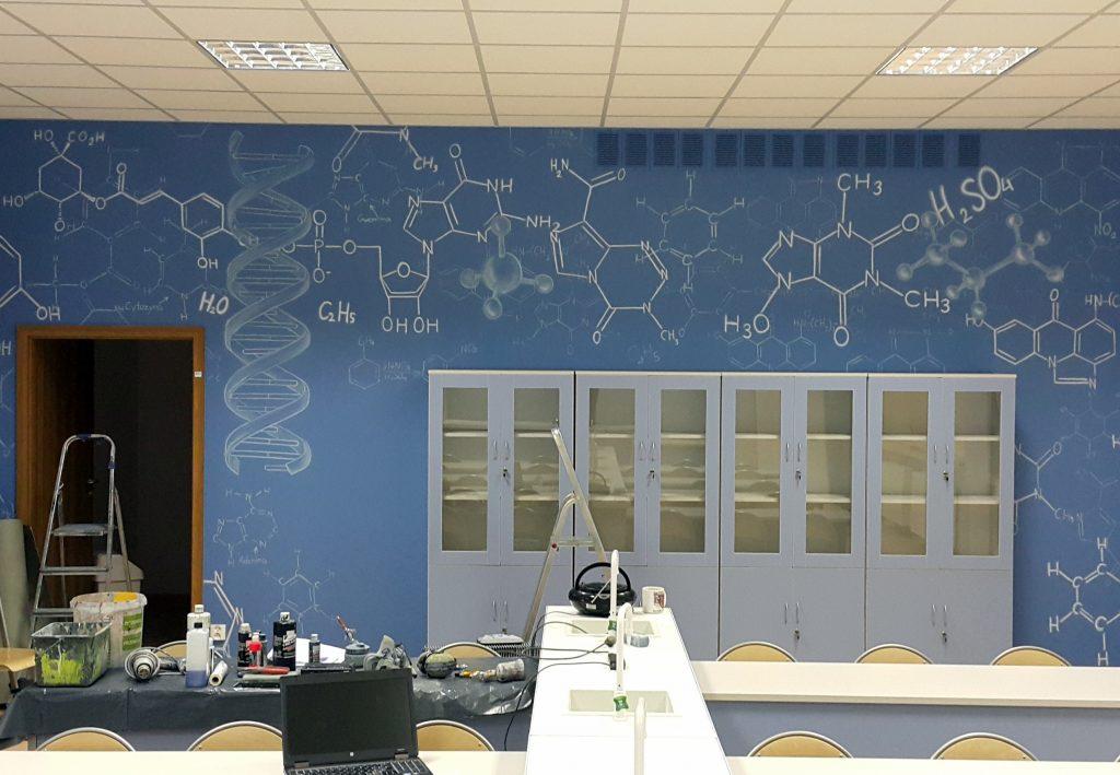 Malowanie graffiti w sali chemicznej