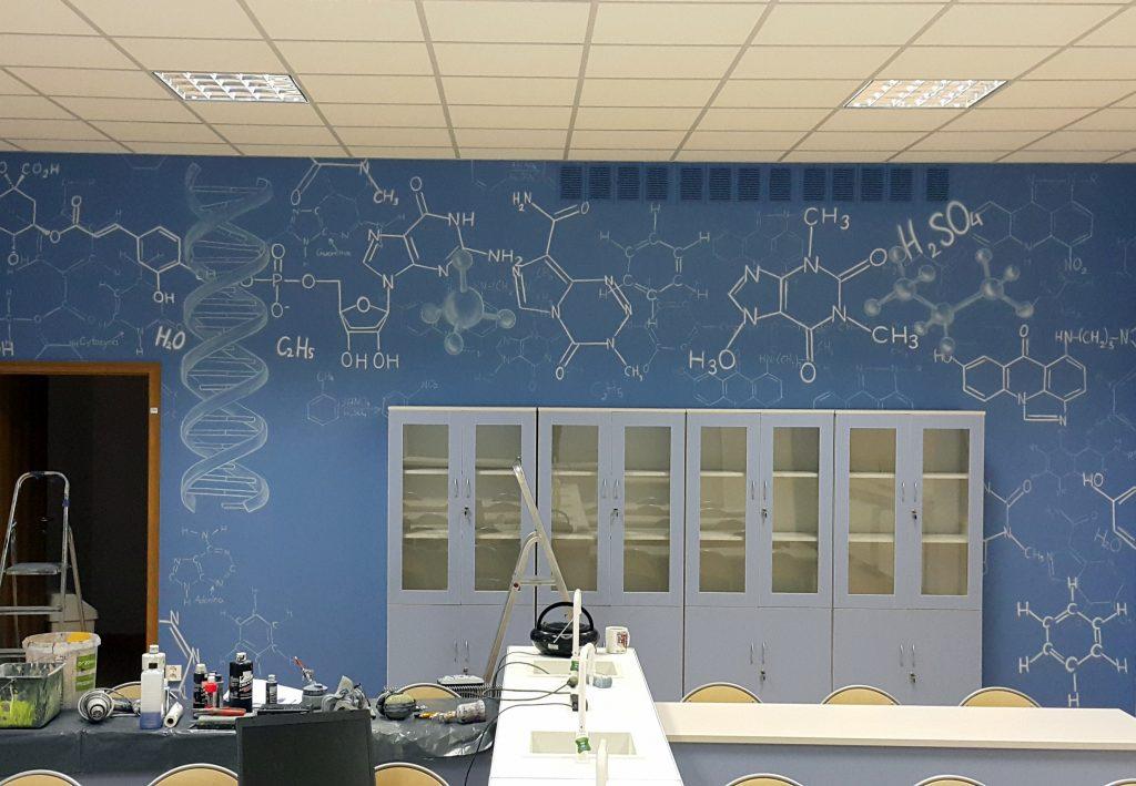 Malowanie graffiti w klasie chemicznej