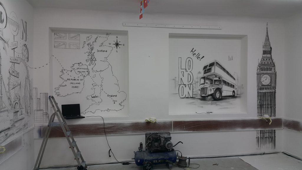 Malowanie w klasie językowej obrazu na scianie graffiti 3D w klasie językowej