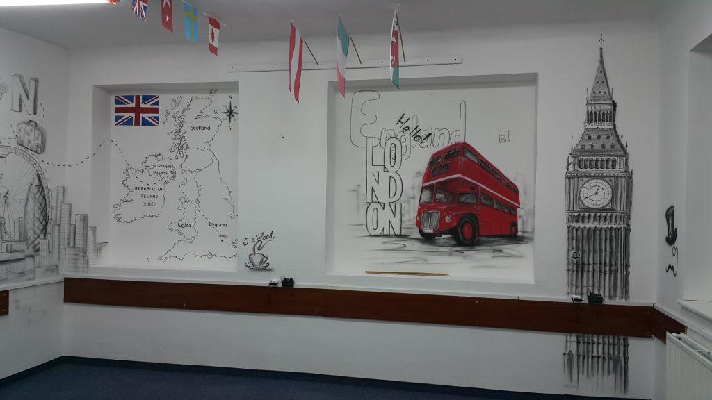 Malowanie w klasie językowej, graffiti w szkole namalowane w sali języka angielskiego