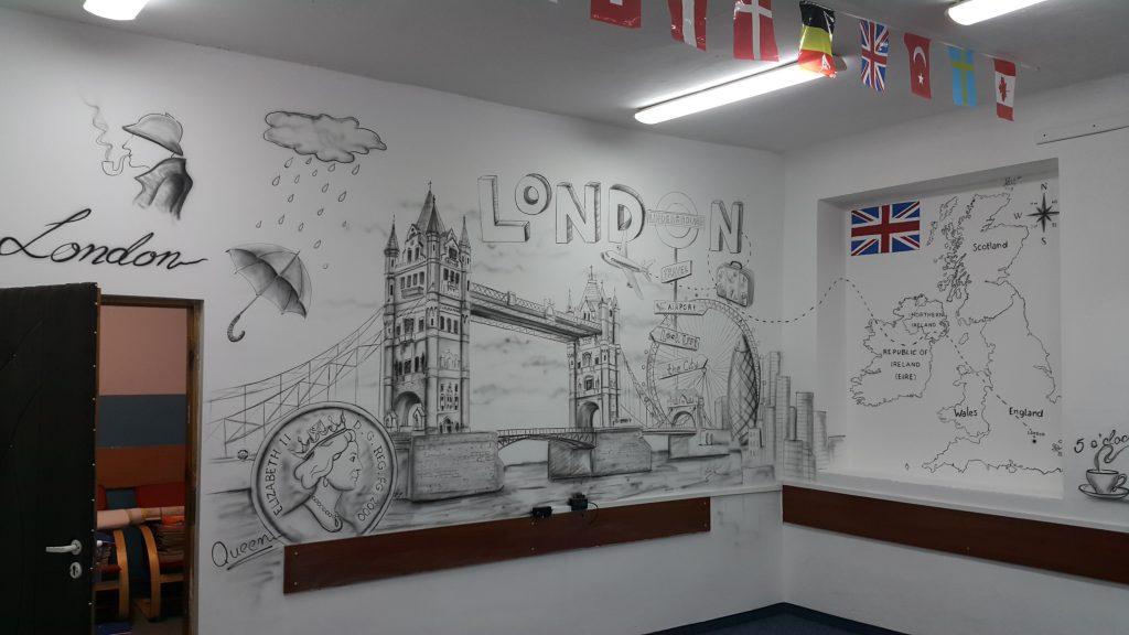 Malowanie graffiti w klasie językowej, mural 3D w sali języka angielskiego