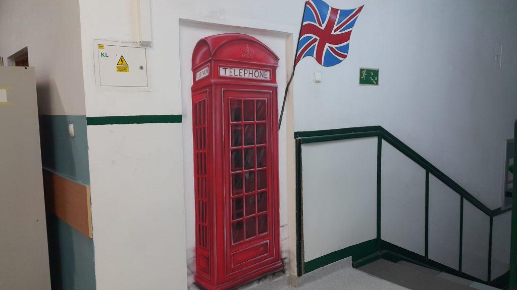 Malowanie klasie języka angielskiego, mural 3D namalowany w szkole