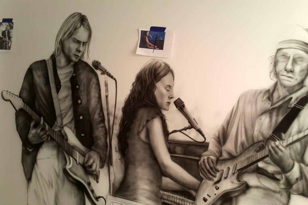Mural w korytarzu, aranżacja korytarza, muzyczny mural Kurt Cobain