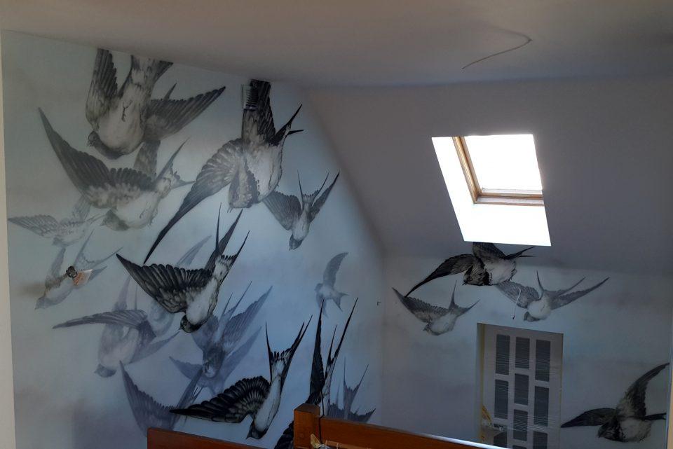 Mural na klatce schodowej, malowanie klatki schodowej, jaskólki