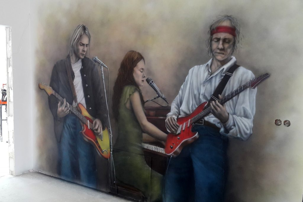 Mural w korytarzu, aranżacja korytarza, muzyczny mural,