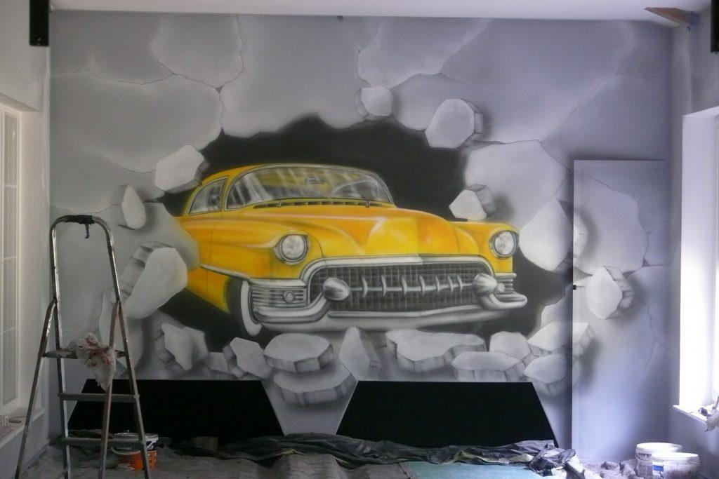 Graffiti w kręgielni, mural UV namalowany w kręgielni, malowanie zabytkowych samochodów