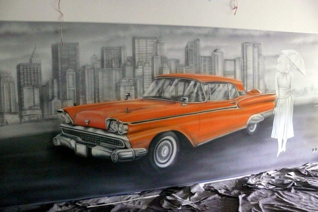 Graffiti w kręgielni, mural UV namalowany w kręgielni, malowanie samochodów