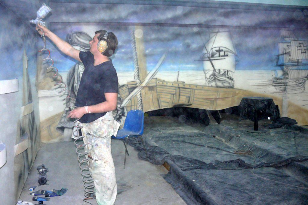 Artystyczne malowanie scian w kręgielni, mural w kręgielni