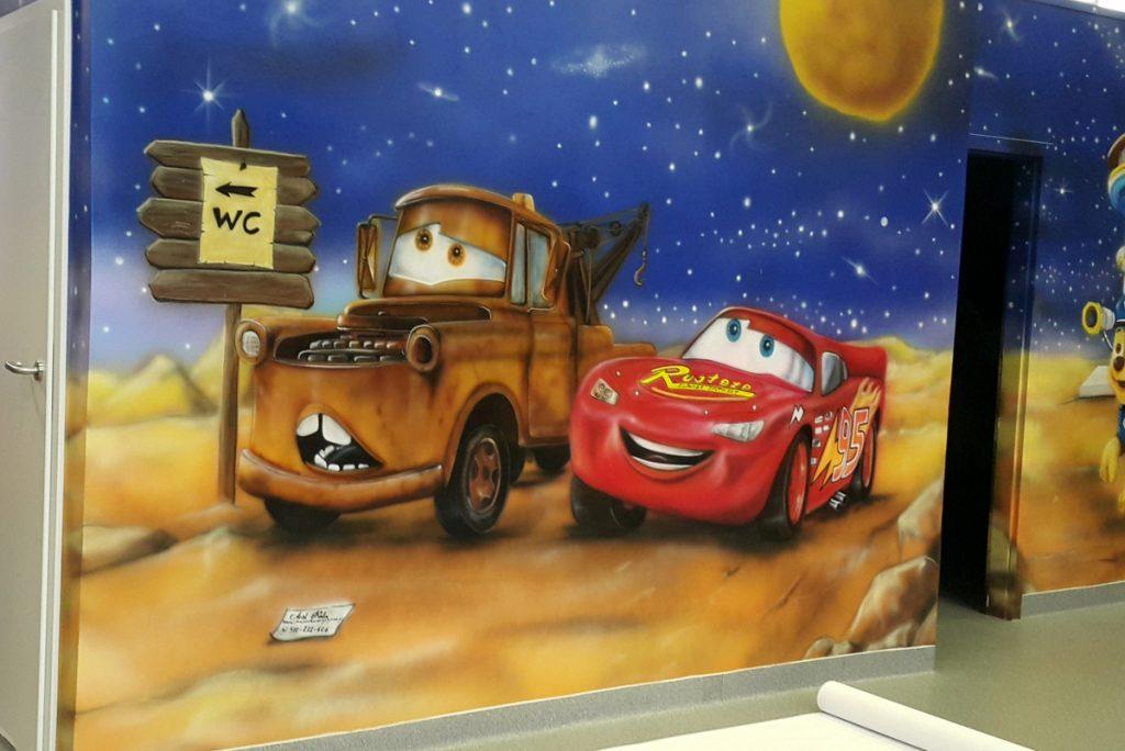 Malowanie w pokoju dziecka, malowanie złomka i zygzaka na ścianie w pokoju dziecka