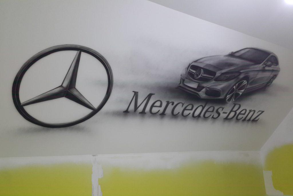 Malowanie loga na ścianie marki mercedes, mural w biurze