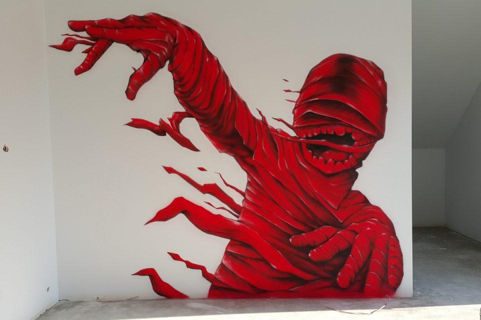 Malowanie pokoju młodziezowego, mural przedsztawiający czerwoną mumie, grafika na ścianie w pokoju nastolatka