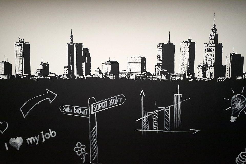 Malowaie farbą tablicowa sciany w biurze, motyw panorama Warszawy