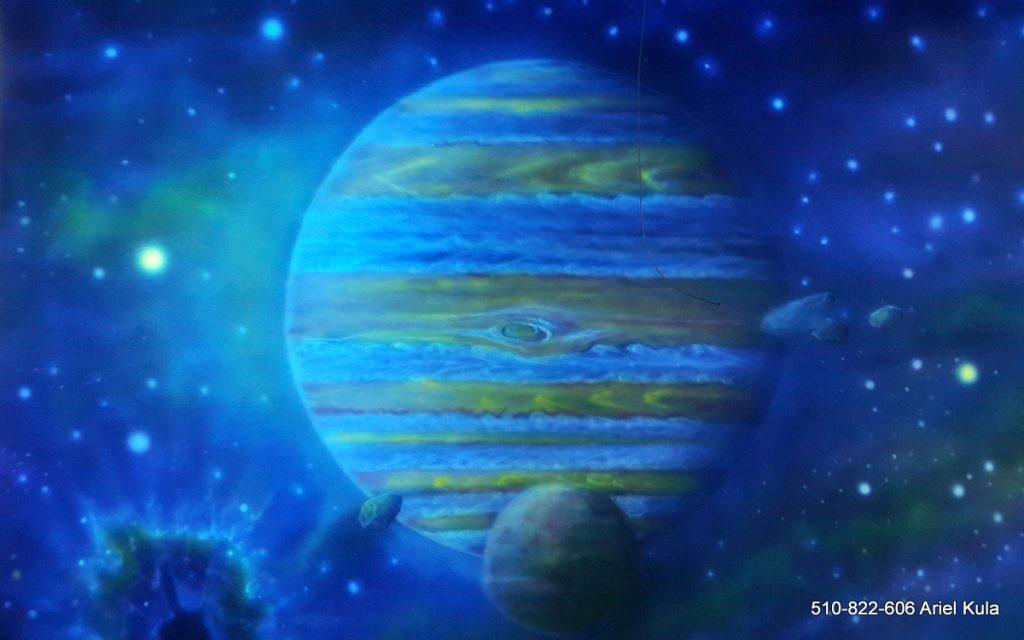 Malowanie kosmosu farbami UV, mural w ultrafiolecie, malowanie gwiazd, planeta Jowisz i galaktyk