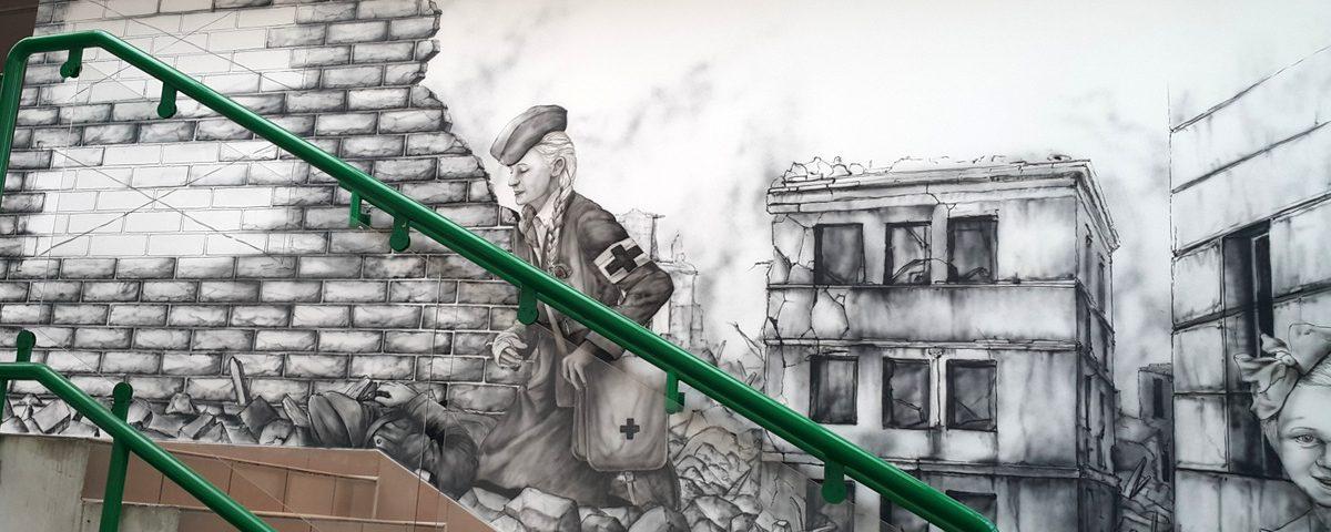 Mural na uczelni Łazarskiego