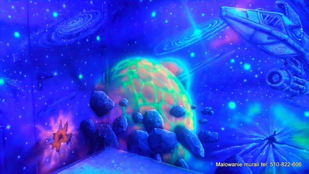 Malowanie kosmosu w sali zabaw dla dzieci, kosmiczny mural w bawialni