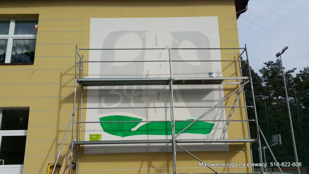 Logo na budynku, malowanie loga na szkole