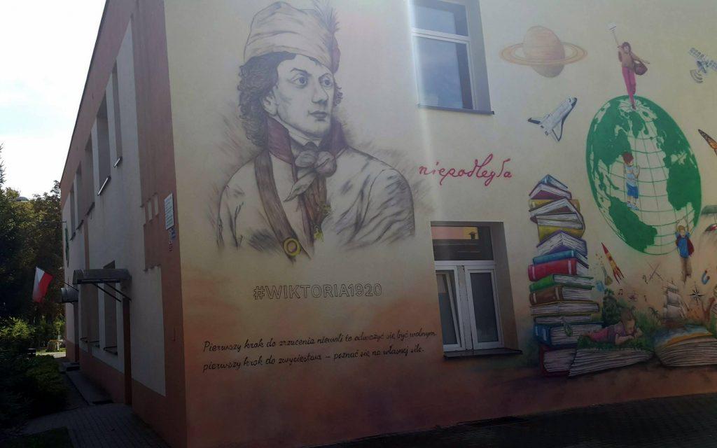 Malowanie patrona szkoły Tadeusz Kościuszko mural na elewacji