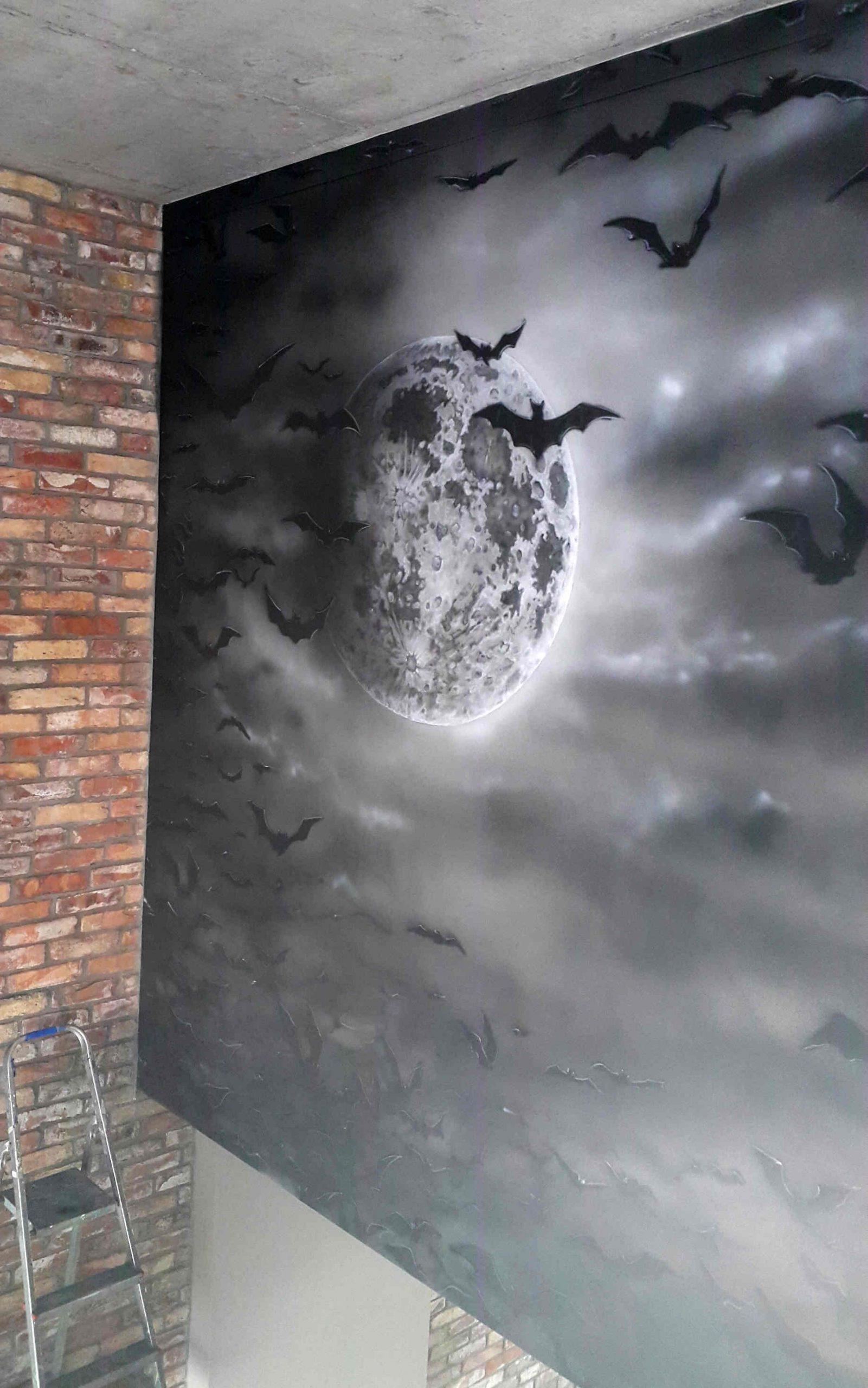 Czarno biały mural w mrocznym wydaniu na klatce schodowej