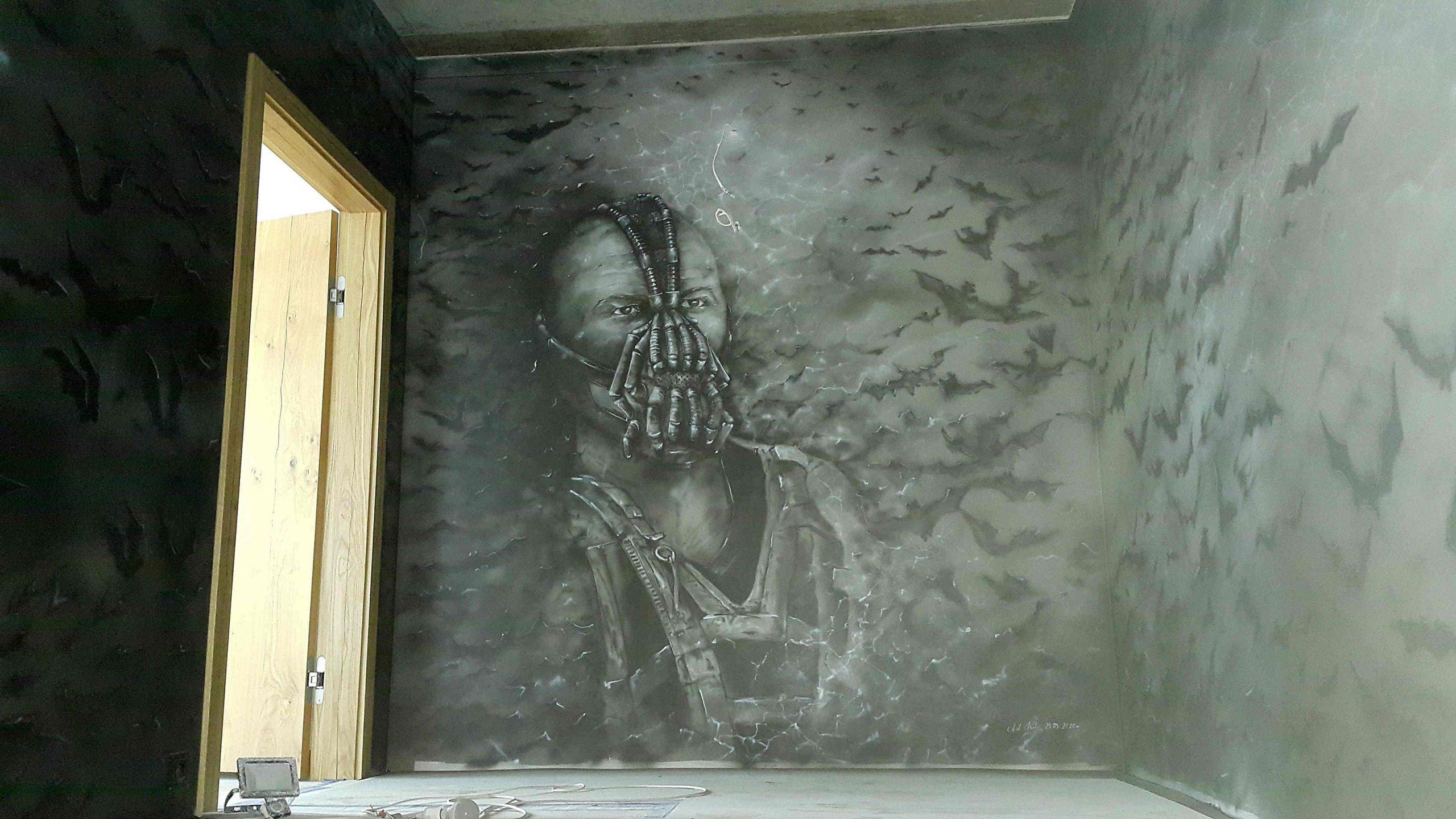 Mural w odcieniach szarości wykonany na klatce schodowej, malowidło w mrocznym klimacie,