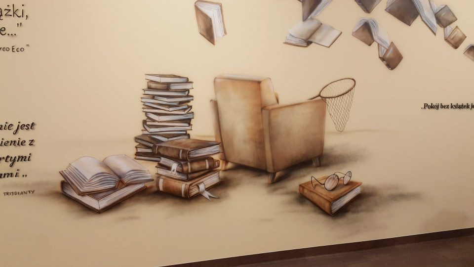 Murl w sali polonistycznej, aranżacja przestrzeni w klasie polonistycznej, malowane latających książek