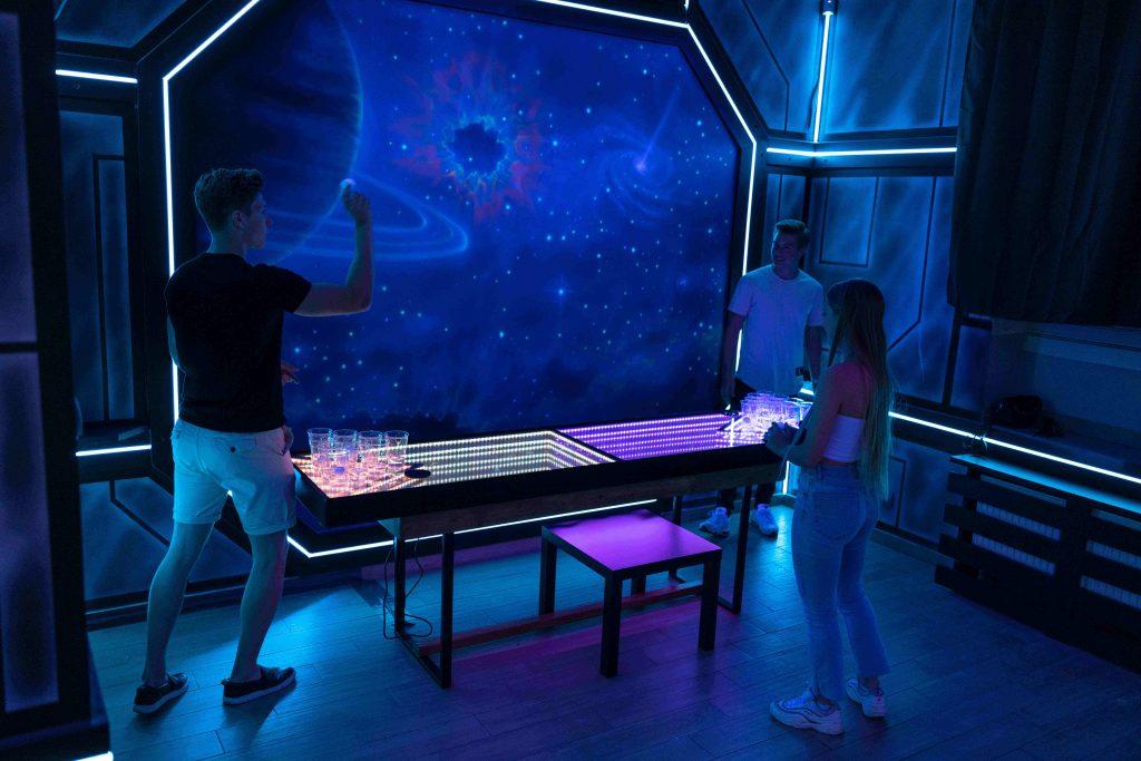 Nietypowy wystrój pubu w kosmicznym klimacie, bar stylizowany na statek kosmiczny