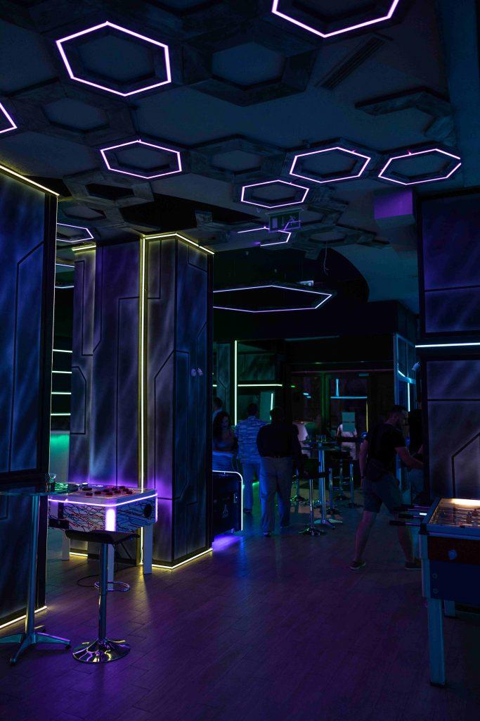 Artystyczne malowanie ścian w pubie, klub stylizowany na wnetrze statku kosmicznego, kraków