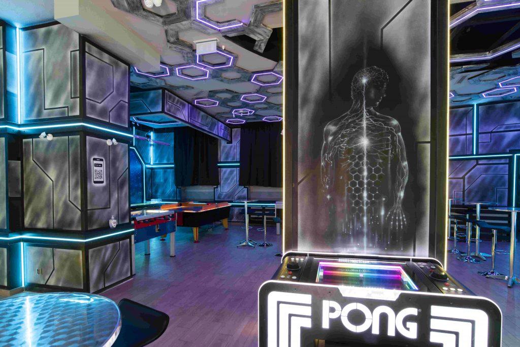 Aranżacja wnętrza klubu o tematyce kosmicznej
