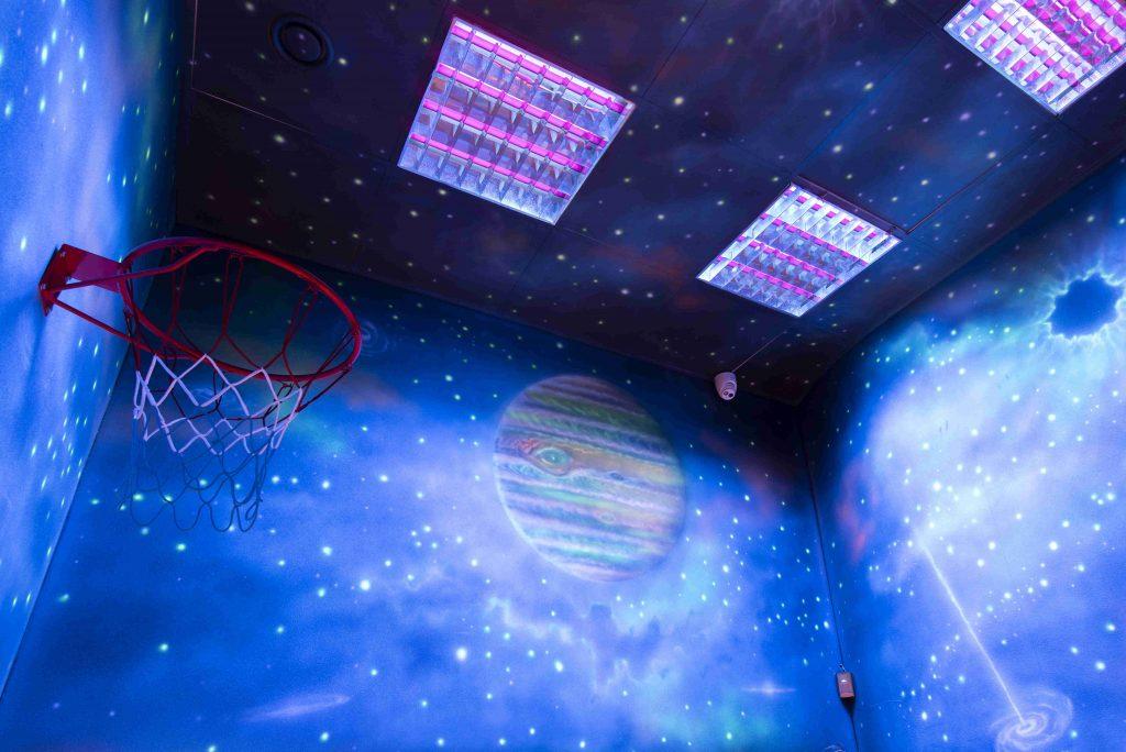Malowanie kosmosu na ścianie w barze, mural w pubie stylizacja na statek kosmiczny