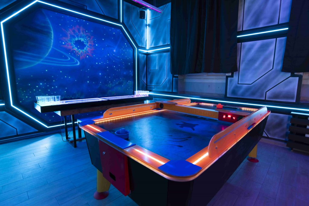 Malowanie ścian w pubie, aranżacja pubu na statek kosmiczny, malowanie kosmosu mural w barze