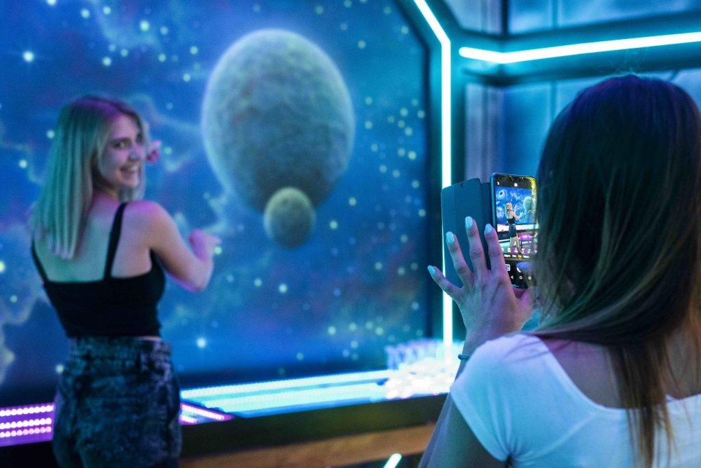 Malowanie ścian w barze, atylizacja na statek kosmiczny, malowanie kosmosu w pubie