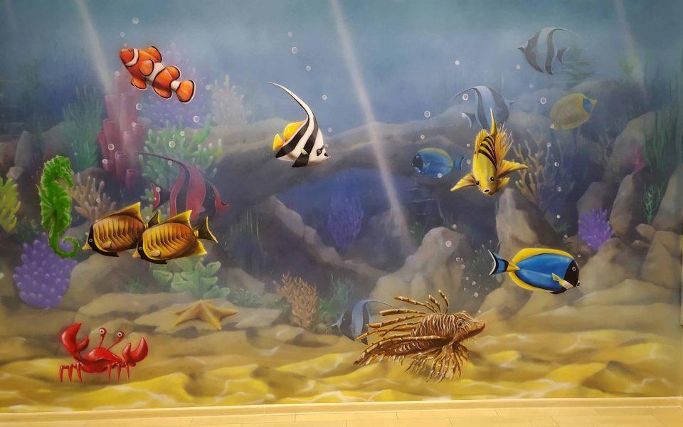 Aranżacja przychodni, malowanie rafy koralowej na ścianie w przychodni dziecięcej