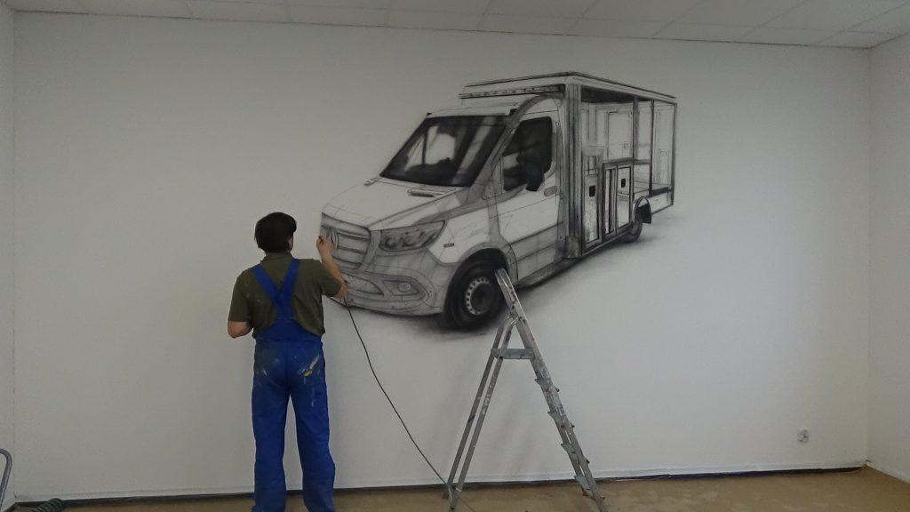 Malowanie samochodu na ścianie w saali konferencyjnej