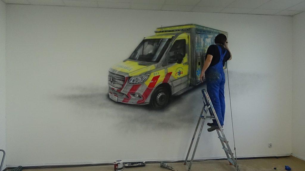 Malowanie auta na ścianie w firmie, aranżacja ściany w biurze