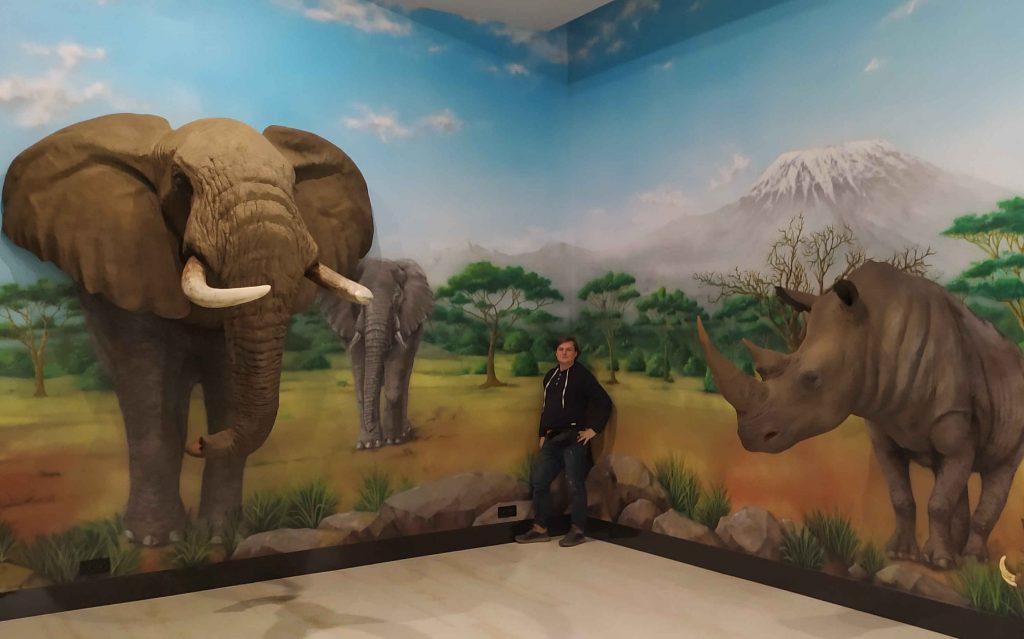 Malowanie tła pod makiety w afrykańskim klimacie, mural afrykański