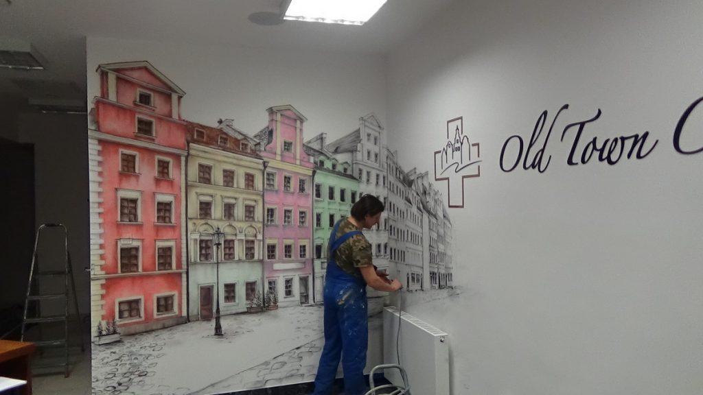 Malowanie ścian w poczekalni przychodni, malowidło ścienne w klinice