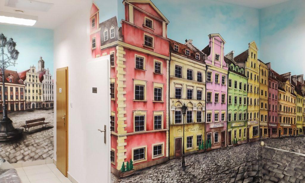 Mural w przychodni, malowanie uliczki w perspektywie, wrocławska starówka namalowana na ścianie