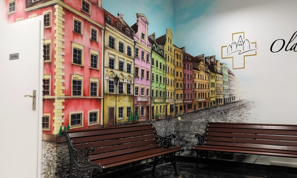 Aranżacja ściany w poczekalni w klinice, malowanie uliczki w perspektywie w przychodni