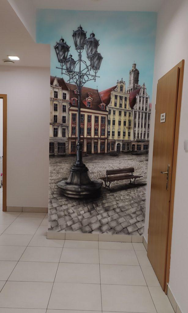 Aranżacja ściany w poczekalni w klinice, mural przedstawiajacy wrocławska starówkę