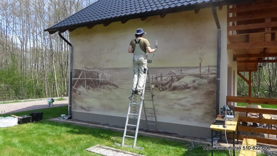 Malowanie obrazu na ścianie, aranżacja domków letniskowych